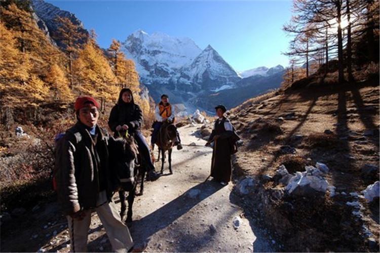 骑马上山  摄影:汤东涛