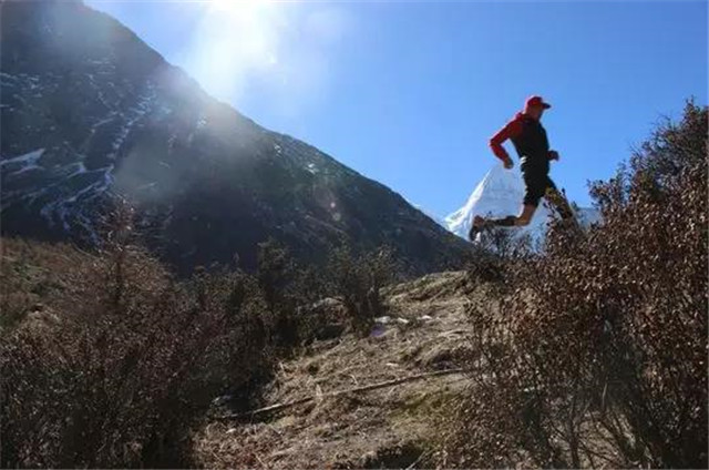 仁村距香格里拉镇30多公里,位于稻城亚丁景区半途,海拔3900米.
